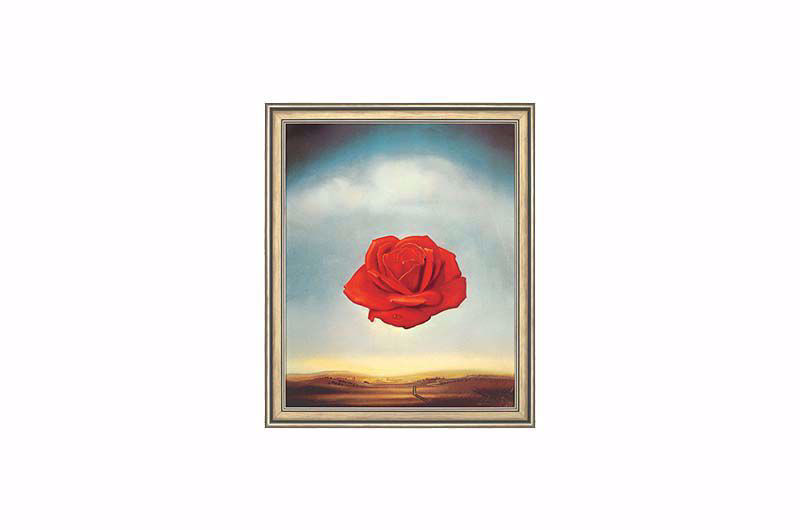 Salvador Dalí Salvador Dalí was dol op het verwerken van oude mythologische connecties in zijn schilderijen. In de Griekse mythologie werd de godin van de liefde, Aphrodite, met een witte rozenstruik geboren uit het schuim van de zee. De roos kreeg de rode kleur alleen door het overspel van Aphrodite met deprachtige Adonis. Op weg naar haar stervende minnaar stapte Aphrodite in rozendoornen en kleurde ze de witte rozen rood met haar bloed. De witte roos staat hierdoor symbool voor de zuiverheid van de liefde, terwijl rode rozen verlangen en passie symboliseren. Het symbool van de roos staat niet alleen voor de liefde, maar ook voor geheimhouding.'Sub rosa', dat wil zeggen'onder de roos', sprak men in de middeleeuwen wanneer iemand iets in het geheim wilde zeggen. De roos werd het teken van geheime genootschappen en raadsels. Het is daarom geen toeval dat de roos ook boven Dalí's wereld zweeft... Origineel Mr. and Mrs. Arnold Grant Collection, New York. Hoogwaardige reproductie volgens de Fine Art Giclée methode met de hand op 100 katoenen kunstenaars canvas en als een origineel schilderij opgespannen op een houten spanraam. Het motiefoppervlak wordt gekenmerkt door een zichtbare, fijne canvasstructuur, met de hand verzegeld met vernis. Een fraaie massief houten lijst maakt het verfijnde totaalbeeld compleet. Formaat 72 x 60 cm. Exclusieve Ars Mundi editie.Levertijd 1 tot 2 weken.