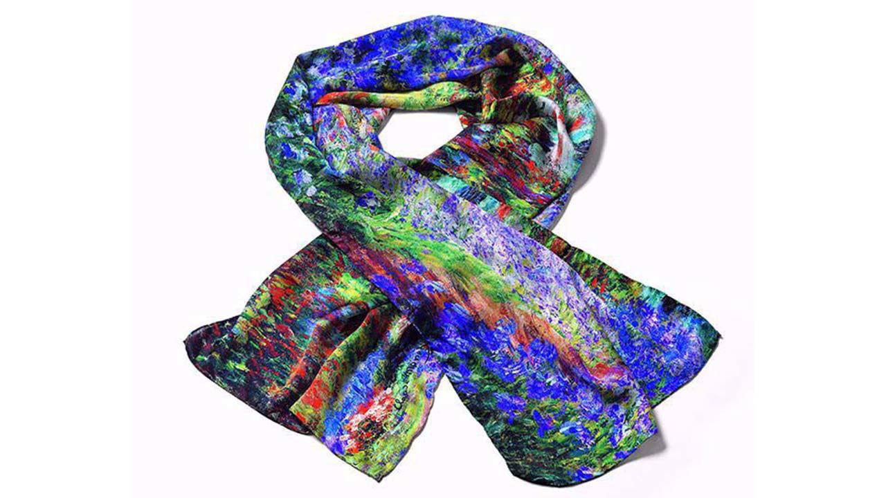 Product afbeelding: Claude Monet Zijden sjaal 'Irisbeet in de tuin van Monet'