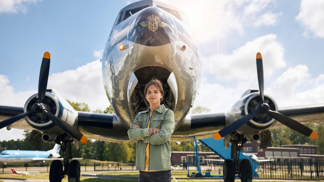 Luchtvaartmuseum Aviodrome is een wereld vol vliegtuigavontuur In de nieuwe expositie 100 jaar luchtvaart in Nederland ontdek jij alles over vliegen. Je ziet er het eerste vliegtuig van de gebroeders Wright en Anthony Fokker, stapt aan boord van een Boeing 747 en je verlaat zelfs de aarde om als astronaut een kijkje te nemen in de ruimte. Of test jouw Spykerharde zenuwen tijdens de 4D film Skymania. De wereld van vliegtuigen en luchtvaart In en rond de nieuwe expositie vind je meer dan 100 vliegtuigen. Allemaal bijzonder! Oude vliegtuigen, houten vliegtuigen, straaljagers en zelfs ruimtecapsules. Een aantal vliegtuigen kun je van binnen bewonderen. En vergeet je niet omhoog te kijken Ook daar zie je vliegende legendes. Ontdek alle vliegtuigen van neus tot staart. 4D filmtheater beleef een spannende vlucht Klaar om door de wolken te vliegen In het 4D filmtheater van Luchtvaartmuseum Aviodrome worden al je zintuigen op scherp gezet. Beleef een spannendevlucht waarin je zelfs regen en koude golfstromen voelt. Voor wie de smaak te pakken heeft is er ook een piloten en stewardessenopleiding. Voer alle opdrachten succesvol uit en ga naar huis met een vliegbrevet!  Zijn jouw zenuwen Spykerhard Sla je vleugels uit bij Luchtvaartmuseum Aviodrome. *BREAK* Hoe werk het Besteljouwticket op deze pagina door op de'bestel nu!'knop te klikken.Op het ticket staat stap voor stap uitgelegd hoe je een reservering kunt maken.Neem jeticket en je reserveringsbevestiging mee op de dag van bezoek.Plaats jouw reservering zo spoedig mogelijk na aanschaf van het ticket, want de beschikbaarheid kan hard gaan. De tickets zijn geldig van15 juli 2020 t m 31 december 2020. Aanvullende informatie Kinderen t m 2 jaar ontvangen gratis toegang. Let op in verband metde coronamaatregelen (https www.aviodrome.nl maatregelen corona ) dien je bij het plaatsen van de reservering op de website van Aviodrome ook aan te geven of er kinderent m 2 jaar meekomen. Kom je met de auto Dan is een parkeerkaart verplich