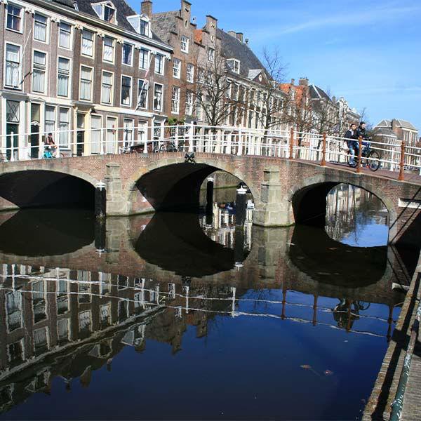 Product afbeelding: Bruisend Leiden; volop genieten van stad en strand