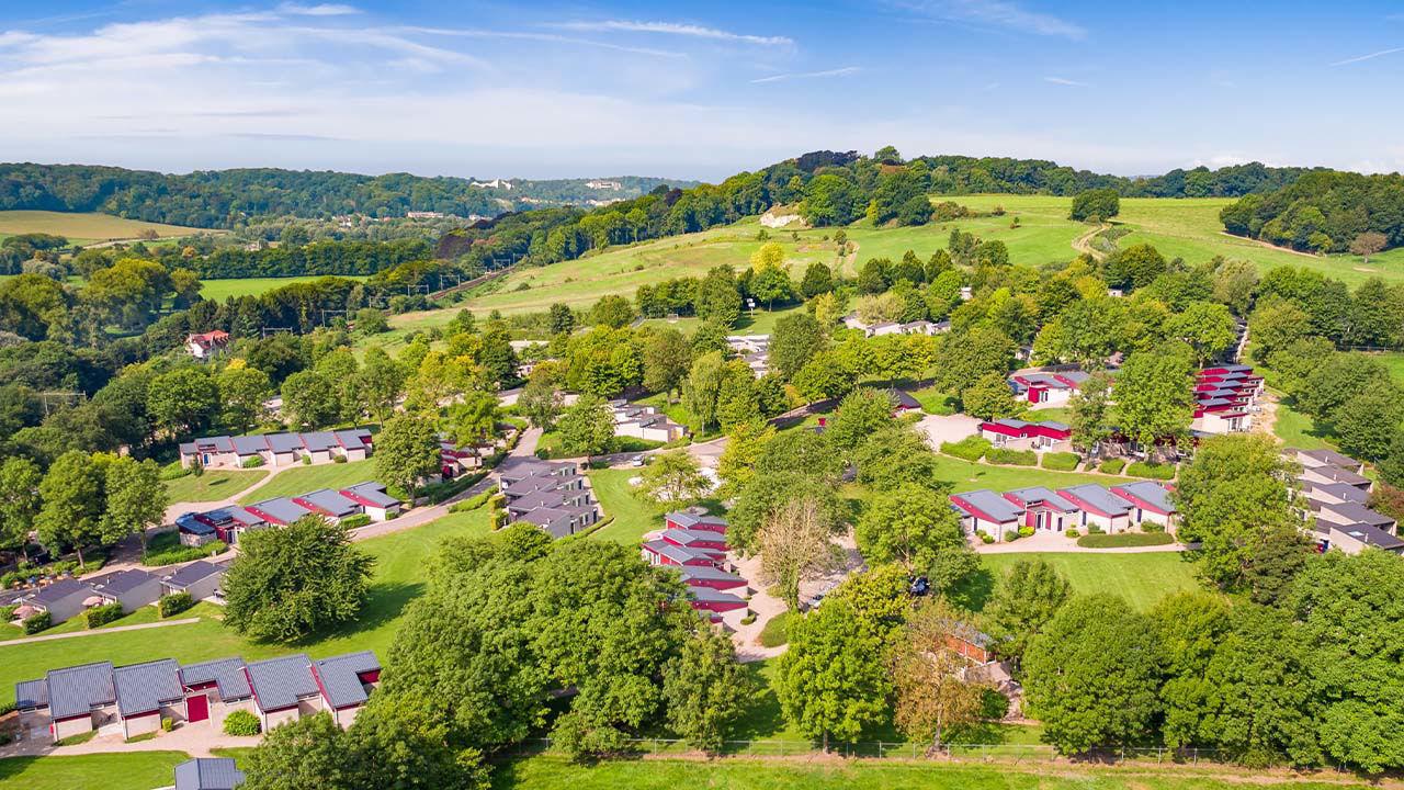 Prachtig gelegen in een glooiend landschap Bungalowpark Schin op Geul is een heerlijk vakantiepark, midden in het glooiende heuvellandschap van Zuid Limburg. Het park ligt in de gelijknamige plaats, welke bekend staat om haar schilderachtige omgeving, met witte huisje en Romeinse boerderijen. Vlakbij het sfeervolle Valkenburg en Maastricht. Het is een autovrijpark en ruimtelijk opgezet. Nog een leuk weetje, de bungalows liggen op een heuvel aan de zonzijde, dat is dus optimaal genieten! Bij Bungalowpark Schin op Geul zul je je geen moment vervelen, met alle activiteiten die er te doen zijn. Zo kun je er bowlen, (tafel)tennissen, trampoline springen en voetballen. Daarnaast is er een overdekt speelparadijs en fietshuur. Voor de boodschappen kun je terecht in de minimarkt of je kunt eten afhalen bij de snackbar. Wil je liever een hapje buiten de deur eten Dat kan in het parkrestaurant. In het café kun je terecht voor een verfrissend Limburgs biertje, welke je op een zonnige dag ook op het terras kunt opdrinken. Zwemmen kan het hele jaar bij subtropisch zwemparadijs Mosaqua (op 7 km van het park), als gast krijg je 50 korting op tickets. *BREAK* Het Bourgondische Zuid Limburg is een speciaal stukje van Nederland. De heuvelachtige omgeving en prachtige vergezichten zorgen voor een echt vakantiegevoel. Neem vanuit Bungalowpark Schin op Geul een kijkje bij het Drielandenpunt, Nederland, Duitsland en België elkaar kruisen (op 18 km van het park). Binnen 20 auto of treinminuten staje in het centrum van het sprookjesachtige Maastricht. Maar ook historische Valkenburg ligt vlakbij, op slechts 5 km. Met mooi weer is dit ook per fiets een aanrader! Een bezoek aan het Duitse Aken of het Vlaamse Luik behoort ook tot de mogelijkheden. Op zoek naar een leuke activiteit Maak dan eennostalgisch ritje met de stoomtrein (Miljoenenlijn van de Zuid Limburgse Stoomtrein Maatschappij), hier leer je een hele bijzondere ervaring!